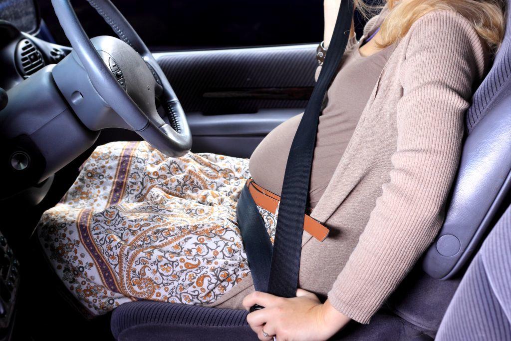 Estoy embarazada. ¿Cómo debo usar el cinturón de seguridad?