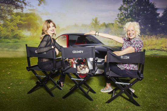 """Calendario Opel 2017: Ellen von Unwerth fotografía a Georgia May Jagger y el gato """"Grumpy"""" con icónicos modelos de la marca."""