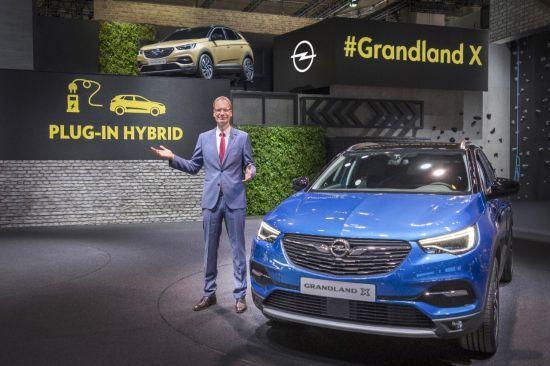 El presidente y consejero delegado de Opel anuncia el primer híbrido enchufable de la marca en la IAA