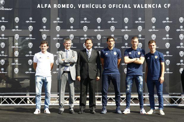 Los jugadores del Valencia CF ya lucen sus flamantes vehículos Alfa Romeo