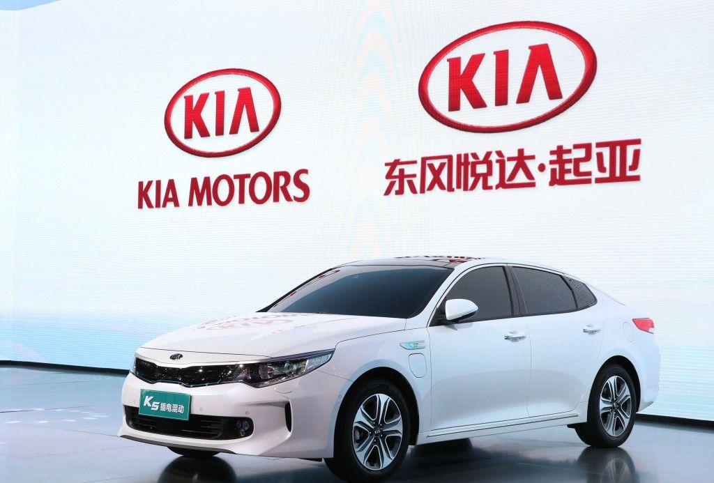 Kia Motors presenta el SUV urbano YI PAO y el K5 Plug-in Hybrid para China en el Salón de Pekín 2018