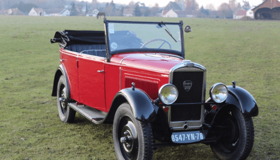 Seis mitos de la historia de la Marca en el stand de Aventure Peugeot en Rétromobile