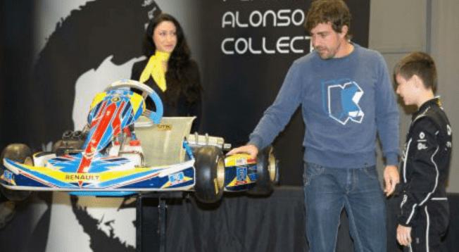 Alonso, con los 'pequeños campeones' de Renault