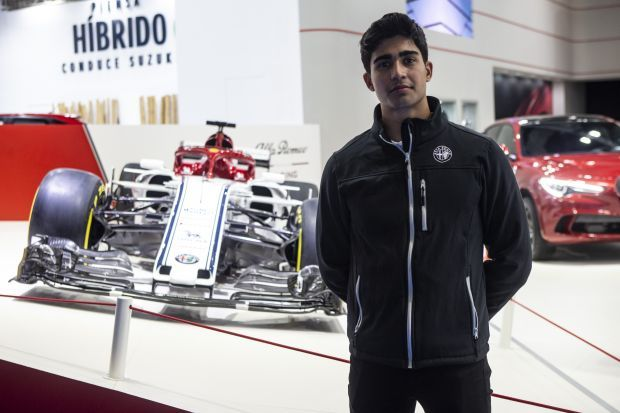 El piloto Juan Manuel Correa impresionado con los modelos de Alfa Romeo en Automobile Barcelona