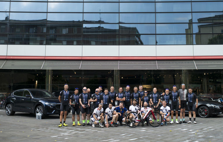 Maserati: los ciclistas protagonistas de la sexta edición de la París – Módena 2019 cruzan la línea de meta en la sede histórica de la Casa del Tridente