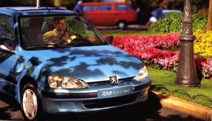 PEUGEOT celebra su larga trayectoria eléctrica en Rétromobile