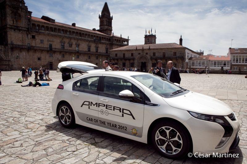 El Opel Ampera llega a la Plaza del Obradoiro