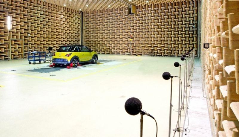 El nuevo Opel Adam Rocks recurre a cabezas y orejas artificiales para mejorar el sonido en su habitáculo