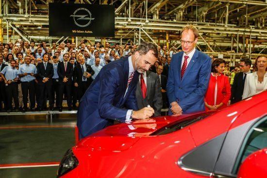 El Rey Felipe VI asiste a la salida del primer Opel Mokka de Figueruelas