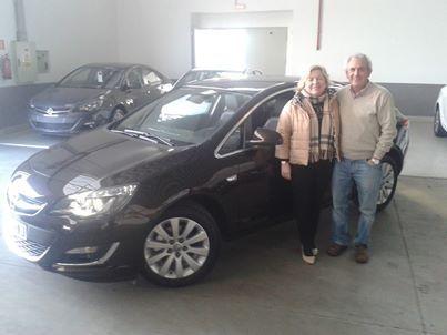 Isabel y Miguel estrenando Astra sedan