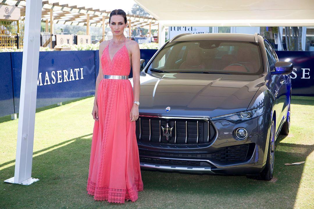 Nieves Álvarez entrega la copa de bronce Maserati al equipo Dubái en el 45° torneo internacional polo de Sotogrande