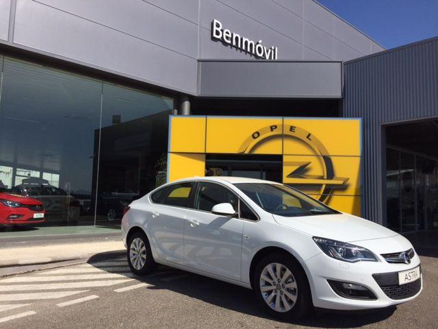 Opel Astra Sedan, el hijo guapo del Insignia. Si no te gusta, podemos quedar como amigos.