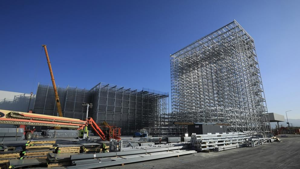 Seat construye el almacén logístico más alto de España en la planta de Martorell.