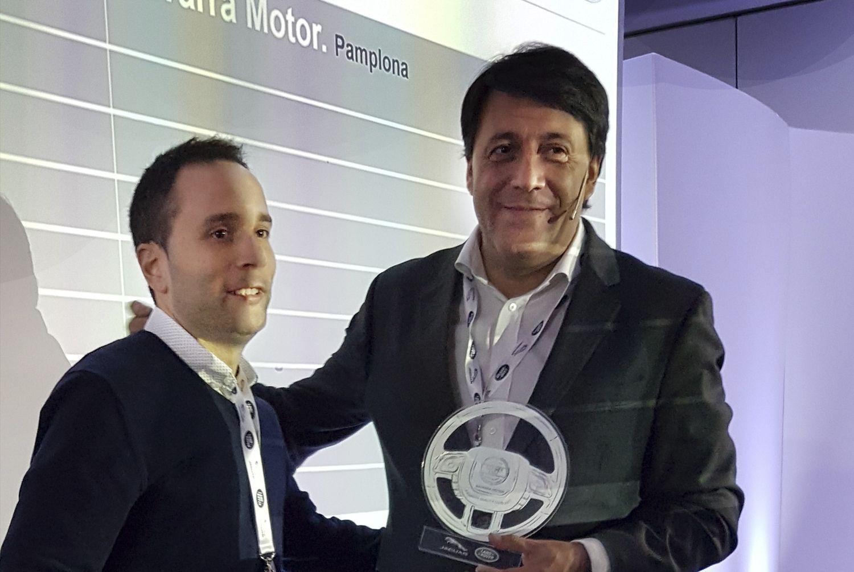 """Por tercer año consecutivo Jaguar Land Rover, nos ha galardonado con el premio a la excelencia de calidad """"Quality Club.                      Luis Antonio Ruiz Presidente de Jaguar Land Rover entrega el premio a Miguel Perez Gerente de Navarra Motor"""