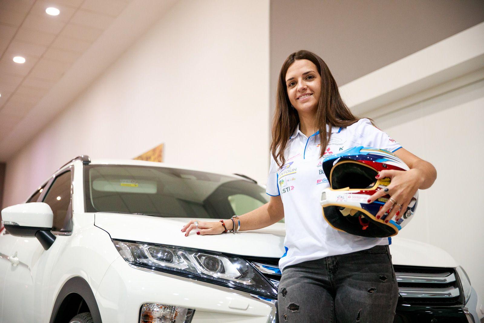 Cristina Gutiérrez visita nuestra concesión Mitsubishi Gil Automoción tras batir el record personal en su tercer Dakar finalizado