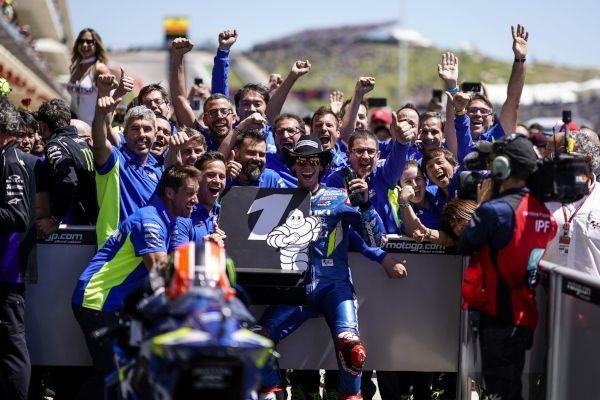 Álex Rins brilla y gana su primera carrera de MotoGP