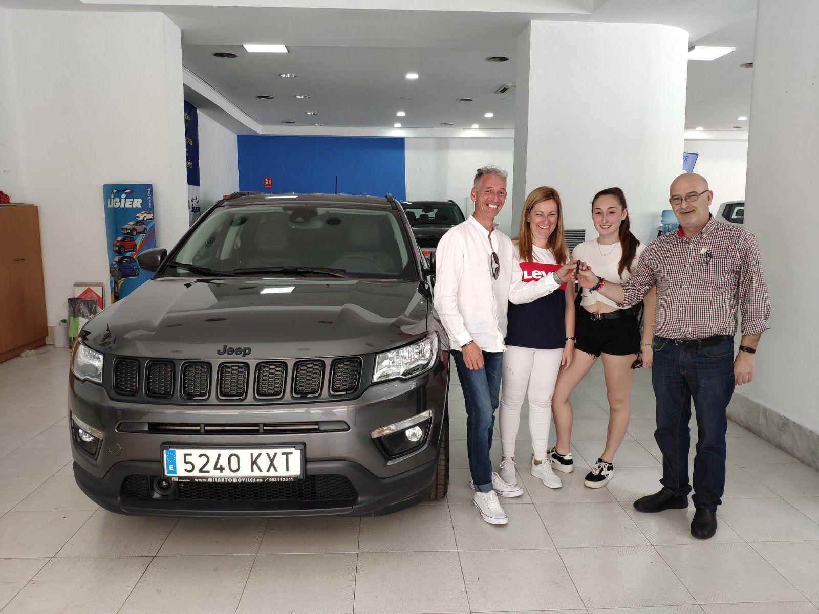 Entrega a Antonio Valero un Jeep Compass