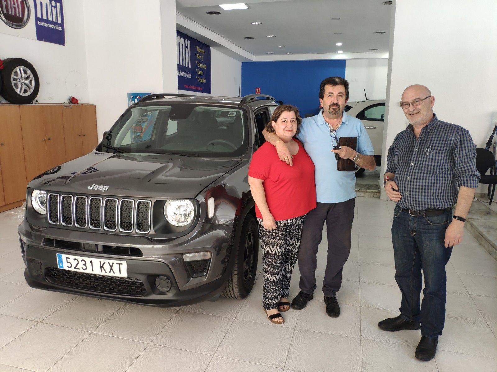 Entrega a Antonio y Señora un Jeep Renegade