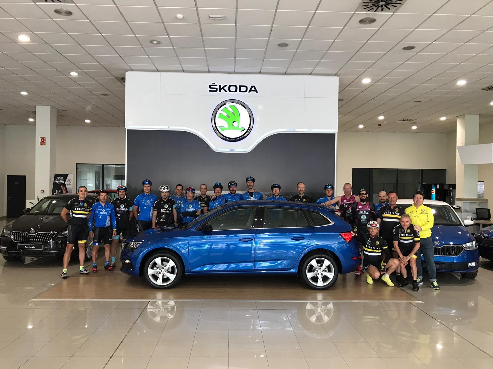 Casi 40 ciclistas acompañan al Skoda Scala en su primera ruta por Zaragoza