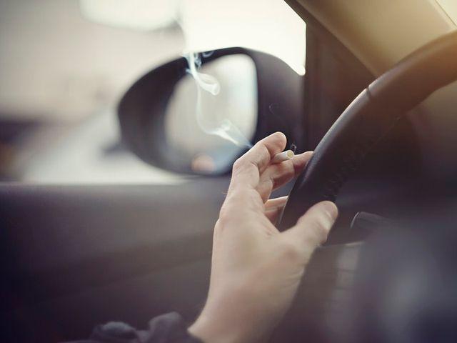 El gobierno y la DGT, estudian prohibir fumar mientras se conduce