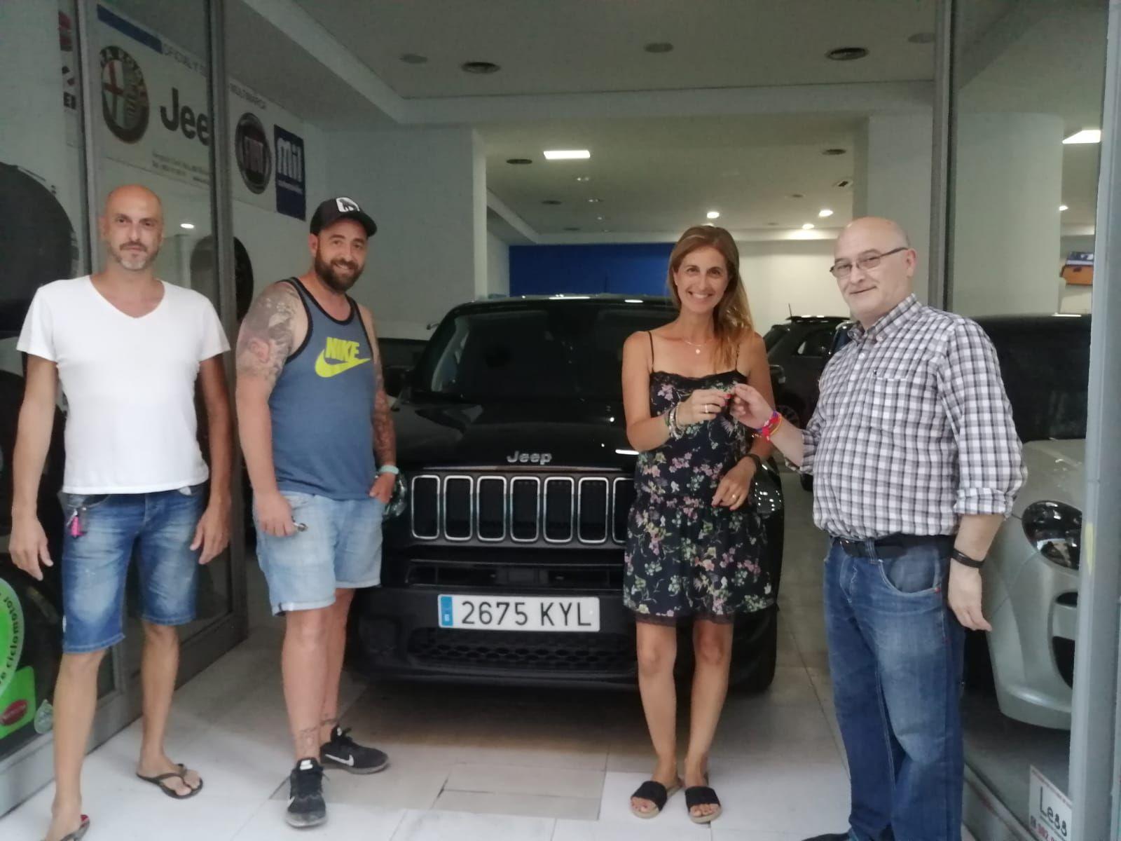 Entrega a Enma María y Jose de un Jeep Renegade