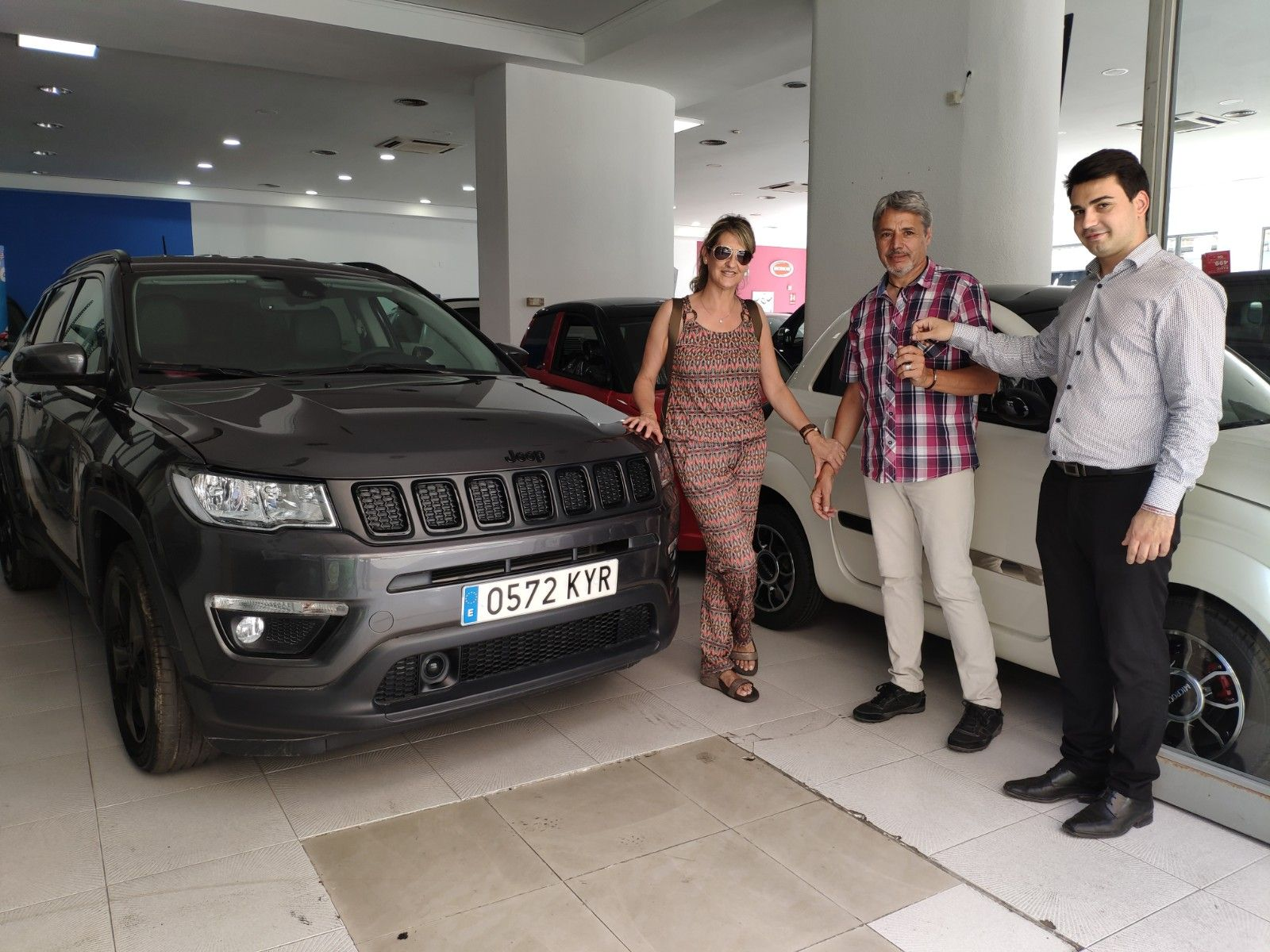 Entrega a Muigel y señora de un Jeep Compass Night Eagle