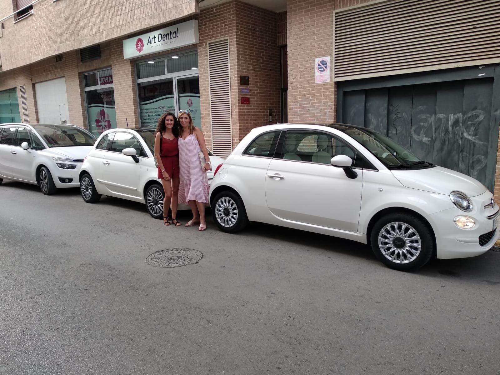 Entrega de un Fiat 500 a Alba y Mari Luz