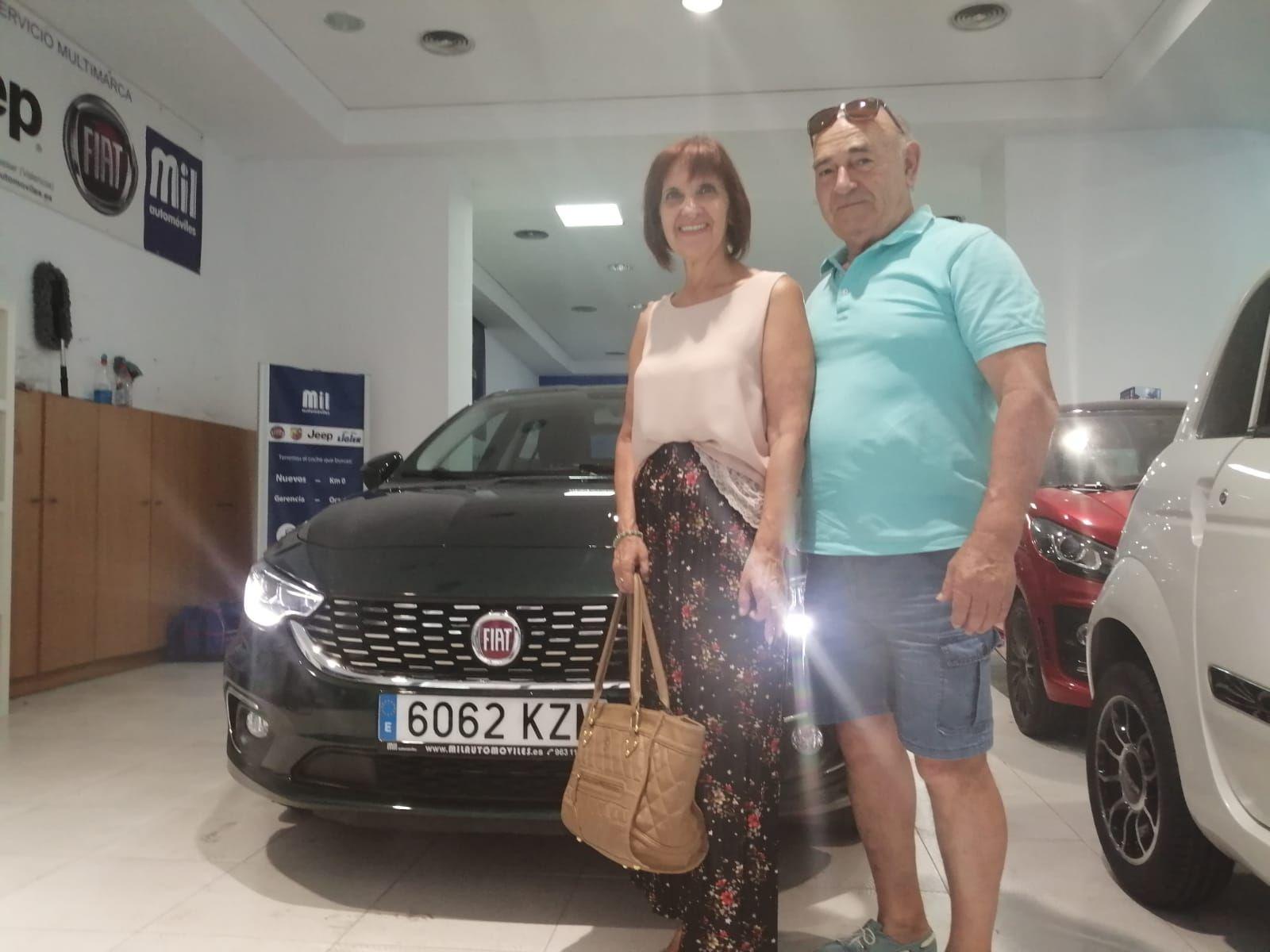 Milautomóviles entrega a Mercedes y Dionisio  un Fiat tipo