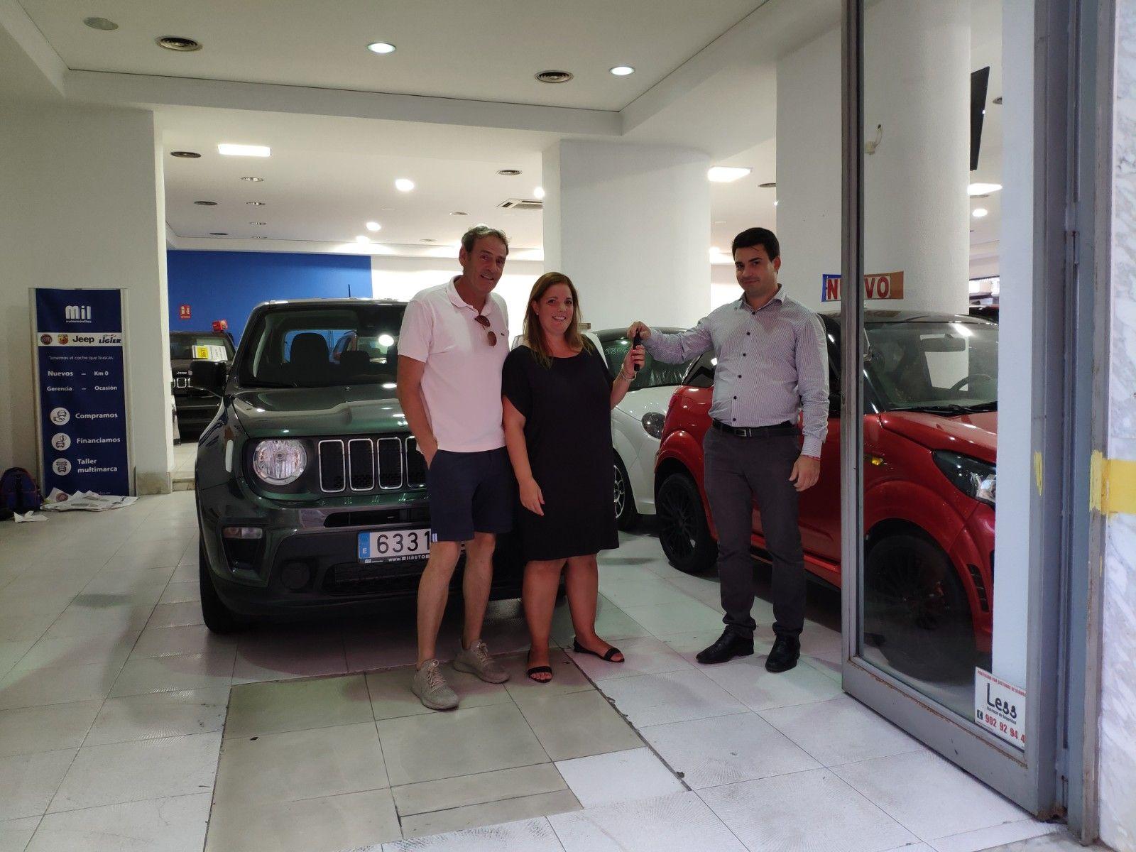 Milautomóviles entrega a Lidia y Pepe un Jeep Renegade