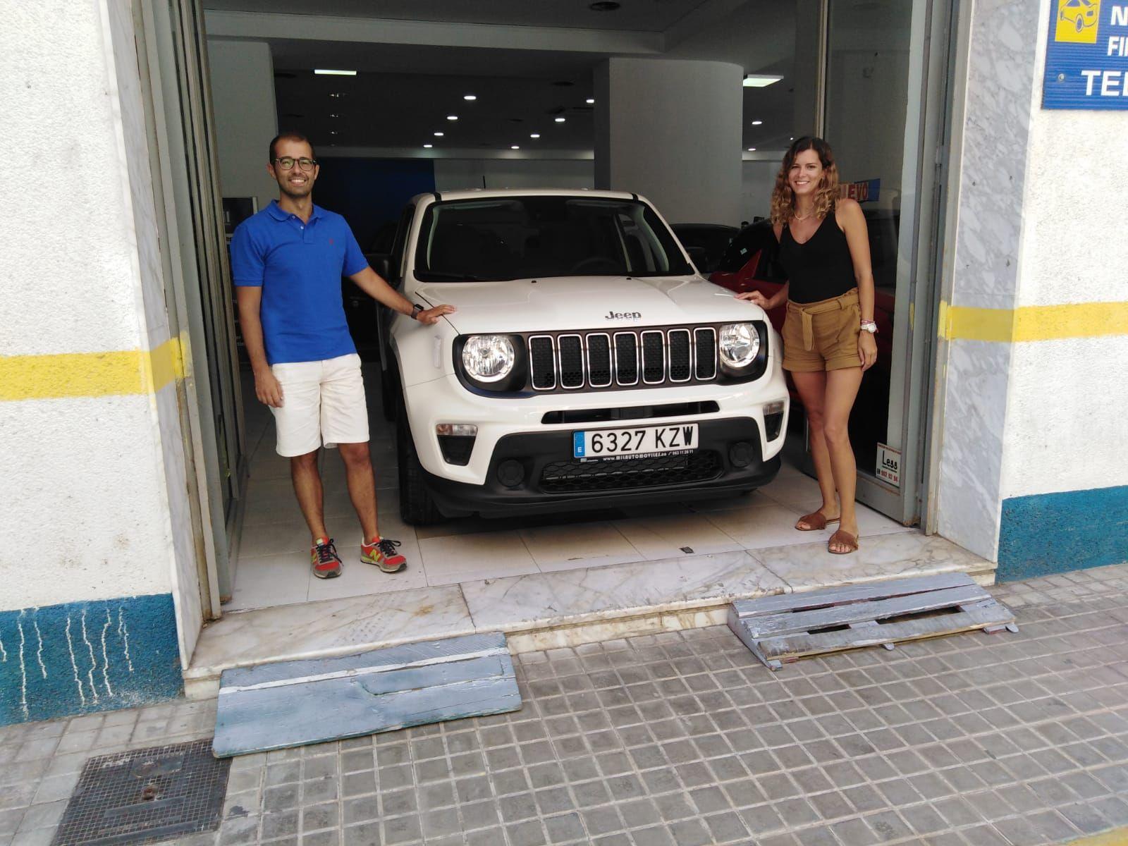 Milautomóviles entrega a Cristina y Fabio  un Jeep Renegade