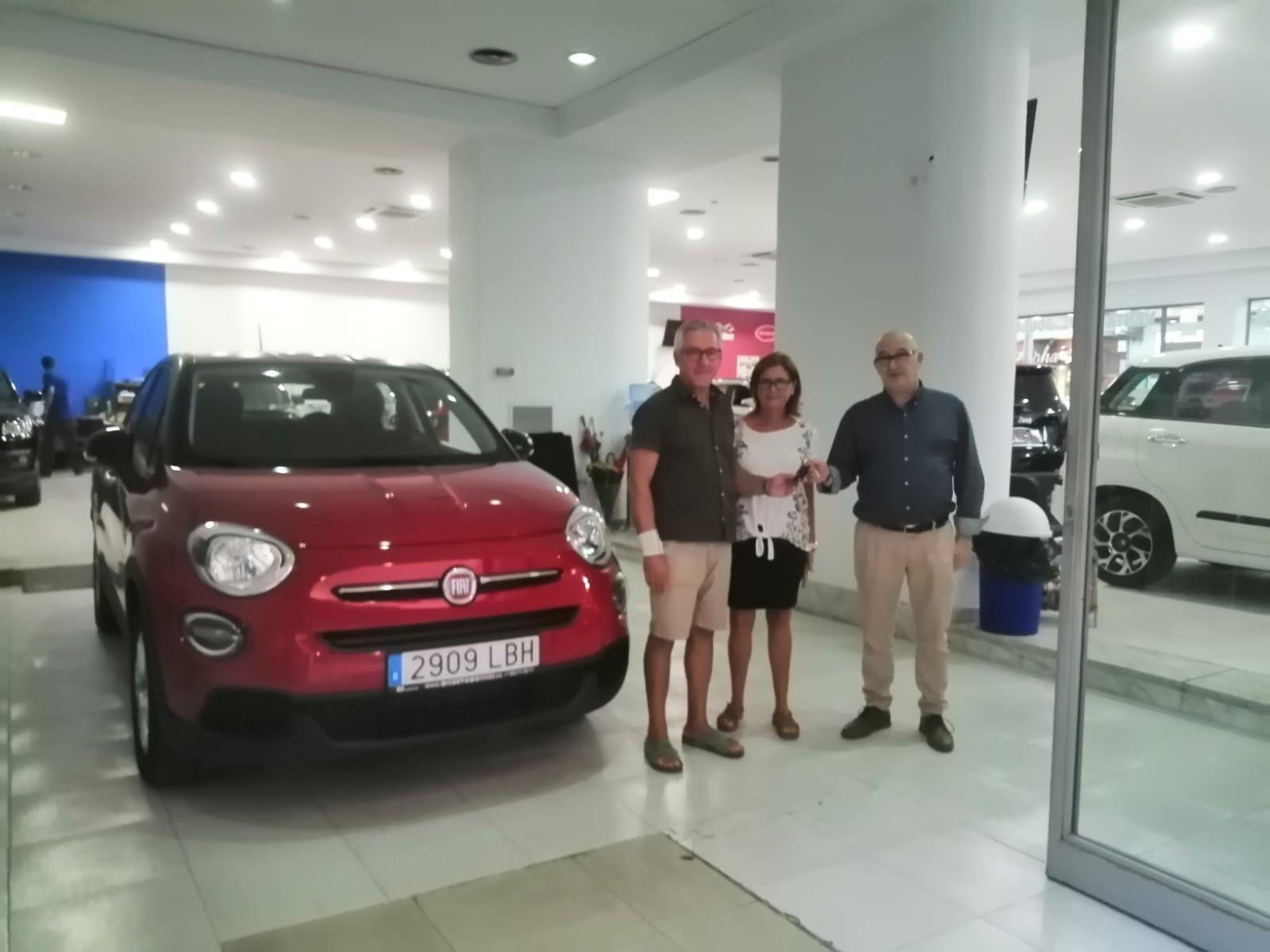 Milautomóviles entrega a Carmen y Pepe su Fiat 500 X personalizado