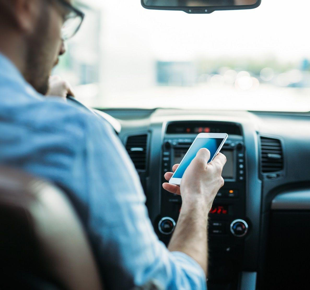 Un 34% de los conductores mira compulsivamente el móvil mientras conduce