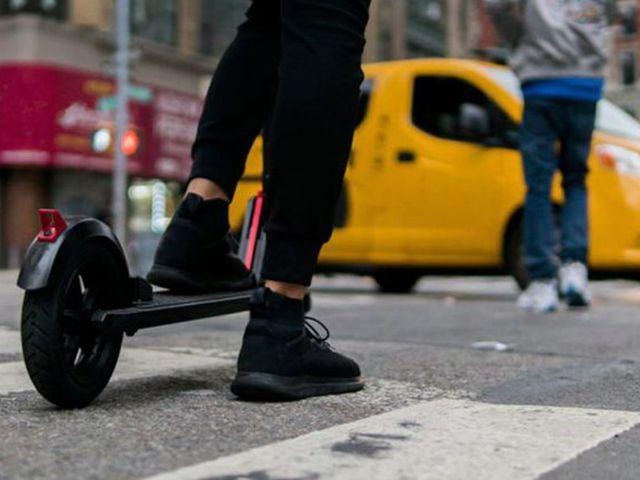 """""""Circula con cabeza y aparca con corazón"""": la seguridad vial llega a los patinetes"""