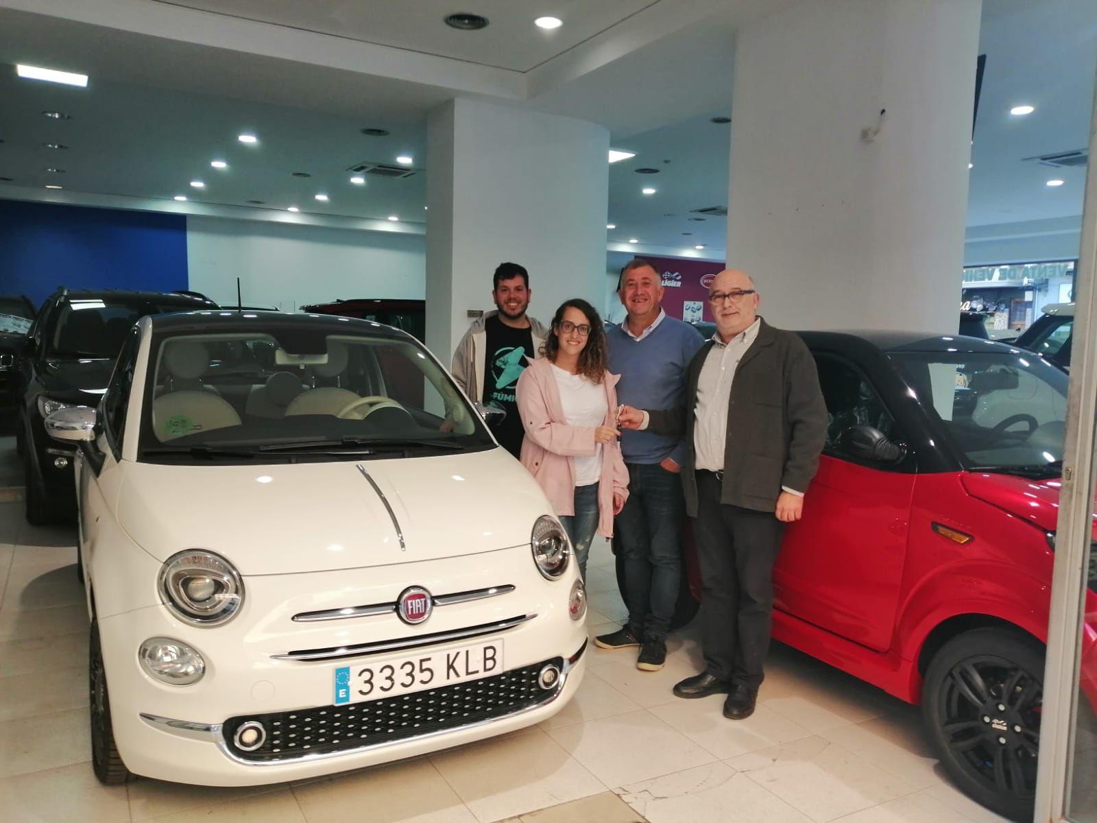 Milautomóviles entrega un Fiat 500 a la familia Pérez.