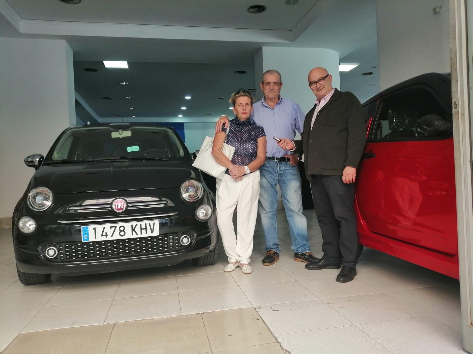 Milautomóviles entrega a Rafael y Lola un Fiat 500