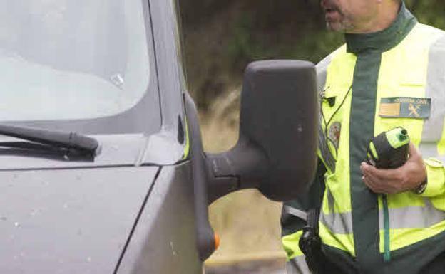 Un conductor drogado intenta atropellar a un guardia civil en Alberic