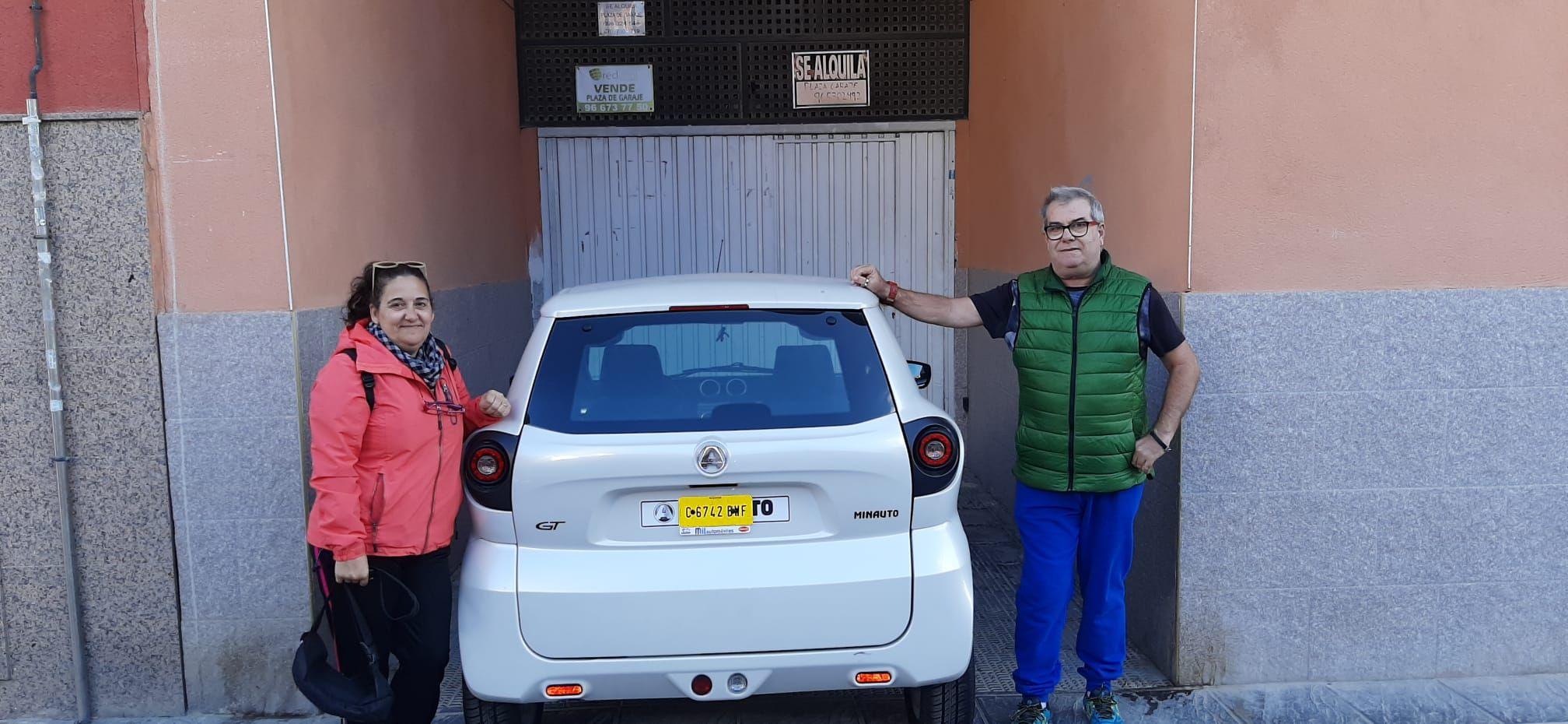 Milautomóviles hace entrega de vehículo sin carnet a Lorena y Lorenzo