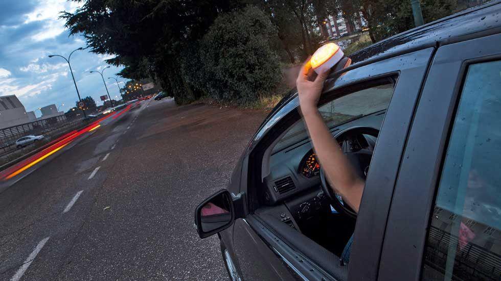 Así son las luces con aviso a la Guardia Civil con las que sustituirás los triángulos de emergencia