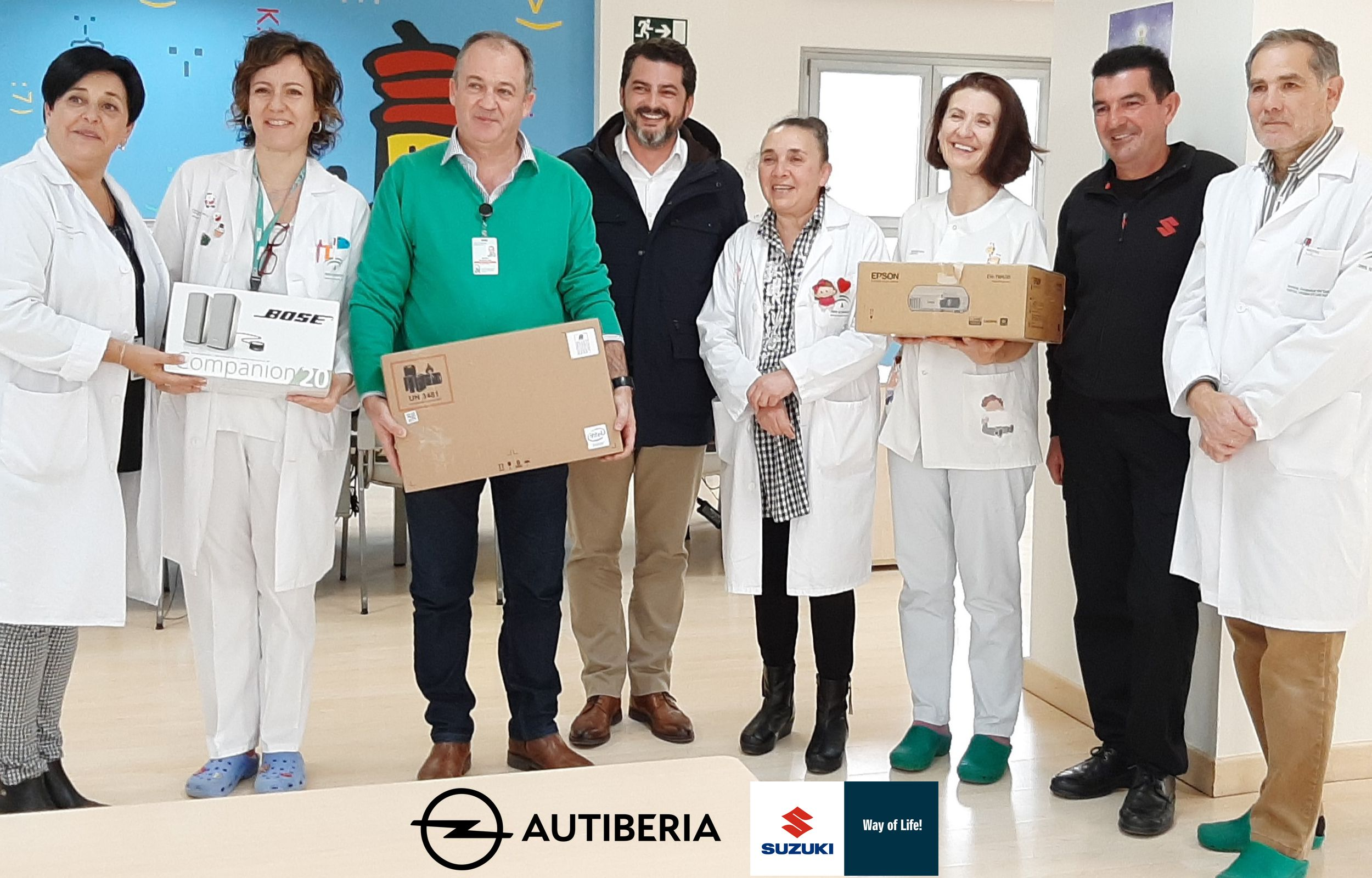 Autiberia dona un premio obtenido por su equipo humano al Aula Pediátrica del Hospital Universitario Virgen de las Nieves.
