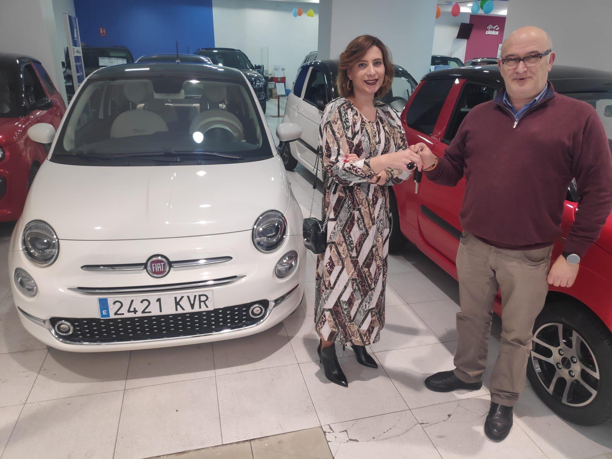 Milautomóviles entrega un Fiat 500 automatico a María José