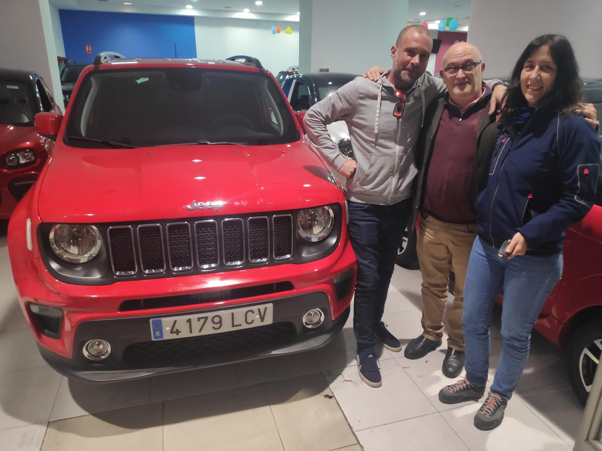 Milautomóviles entrega a Lucia y Quique un Jeep Renegade