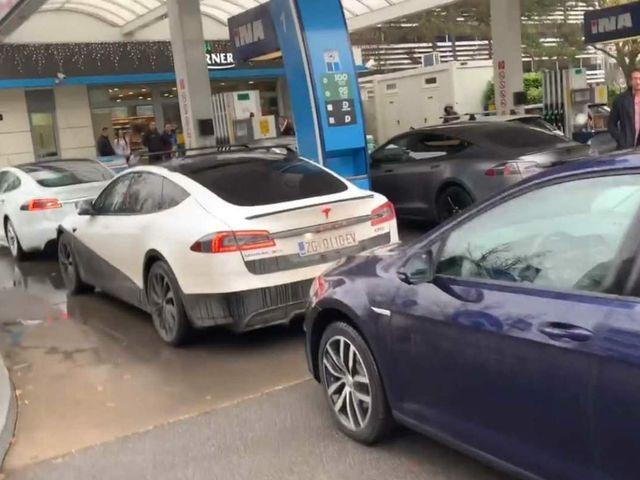 La venganza del coche eléctrico: bloquean una gasolinera en Croacia