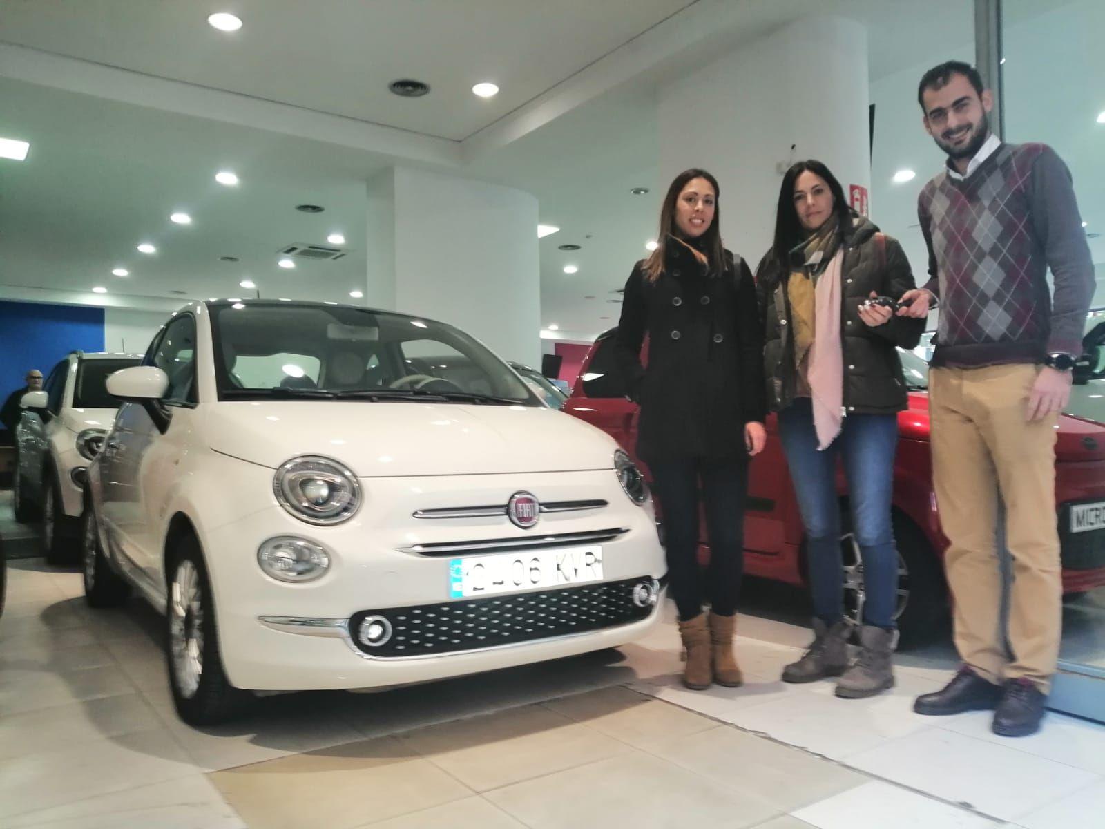 Milautomóviles entrega un Fiat 500 a Ana y María