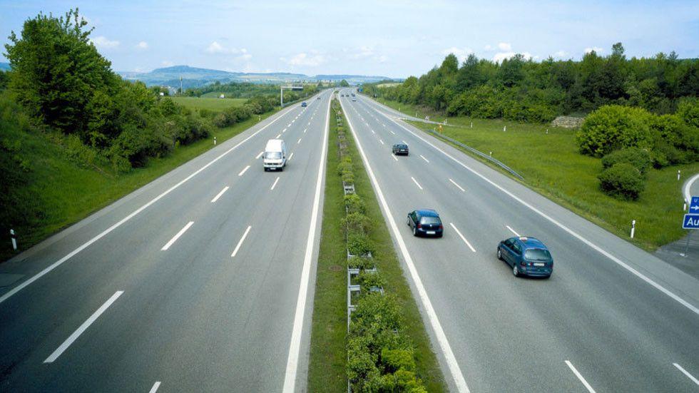 ¿Es legal conducir por el carril central o por el izquierdo? ¿Pueden ponernos multa?