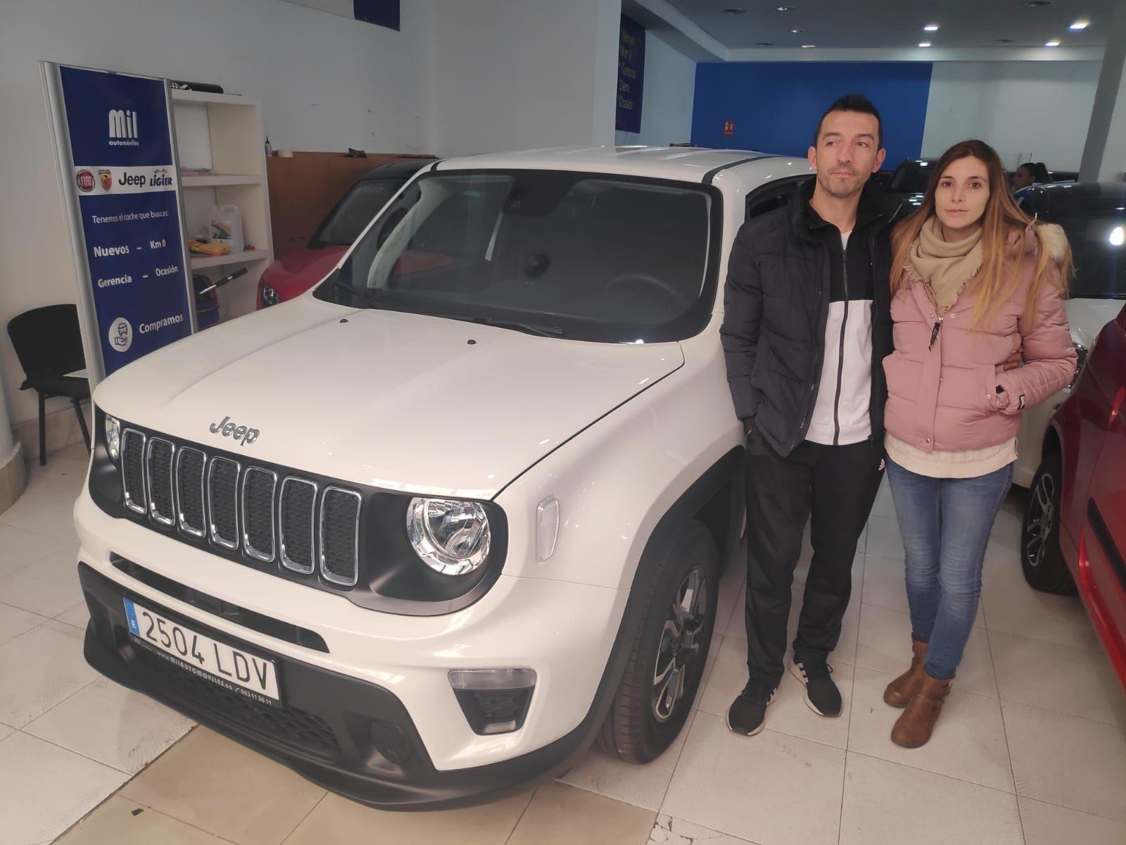 Milautomóviles hace entrega de un Jeep Compass acabado Premium a Javier y pareja