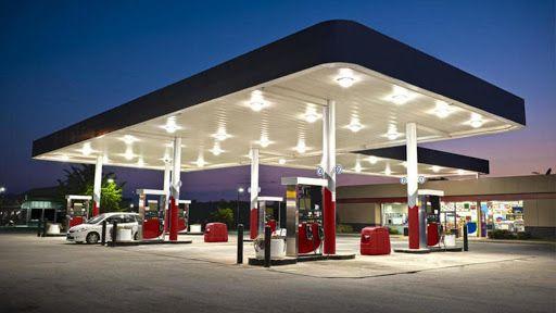 Las gasolineras de supermercado, ¿son malas para mi coche? ¿Por qué son más baratas?