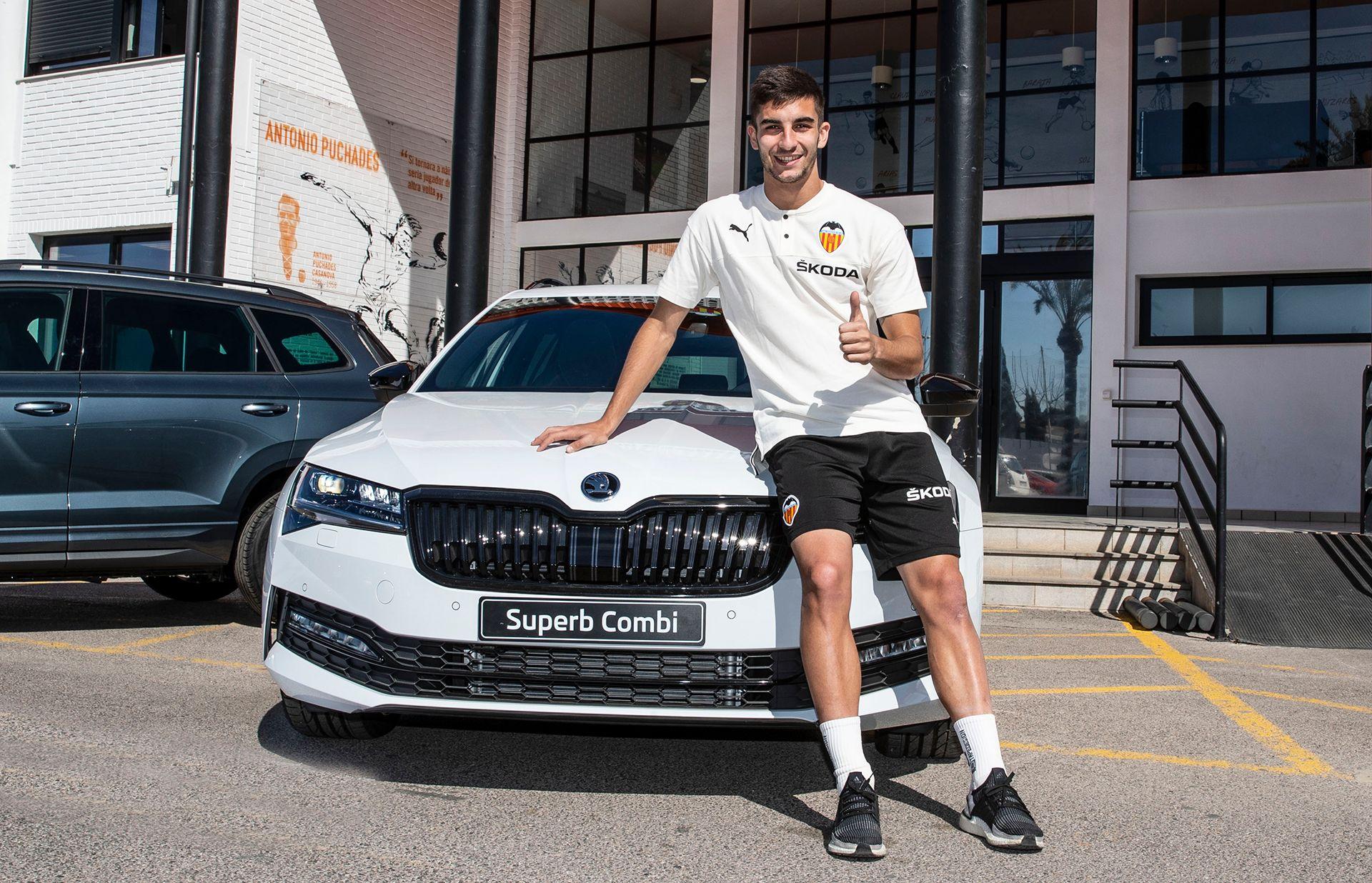 Skoda completa la entrega de vehículos oficiales al Valencia CF
